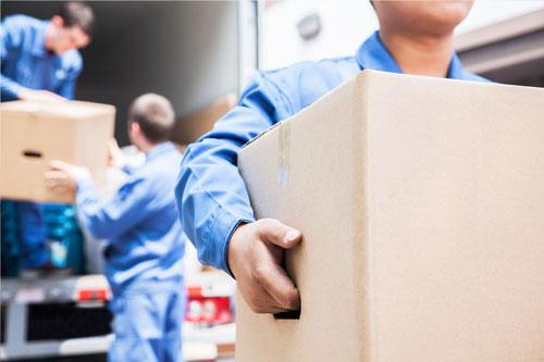 Männer beim Transport von Kartons